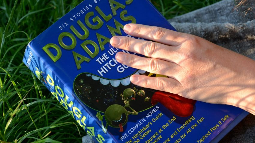 Buch mit Hand und Handtuch